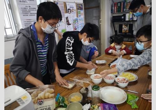 Home_children_baking_s